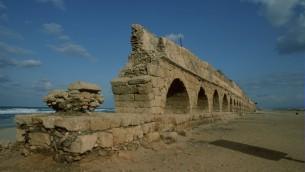 Un aqueduc romain sur la plage à Césarée (Crédit : Doron Horowitz/Flash90)