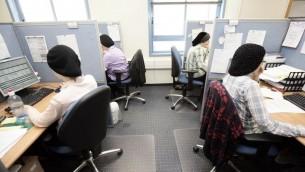 Une société high-tech emploie des femmes ultra-orthodoxes à Modiin Illit, 2009 (Crédit : Abir Sultan/Flash90)
