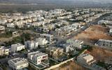 Une vue aérienne de la ville portuaire de Césarée (Crédit : Moshe Shai/Flash90)