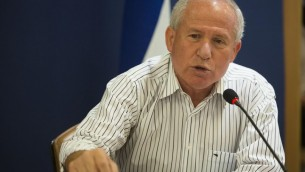 Le député Avi Dichter, ministre de la Sécurité intérieure, lors d'une conférence de presse au ministère des Affaires étrangères à Jérusalem, 25 octobre 2012 (Crédit : Yonatan Sindel/Flash90)