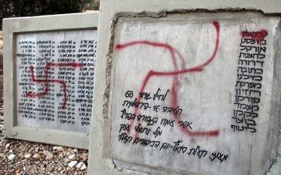 Des croix gammées peintes sur un monument à la forêt de la Paix, à Jérusalem, le 14 novembre 2012. (Crédit : Yoav Ari Dudkevitch/Flash90)