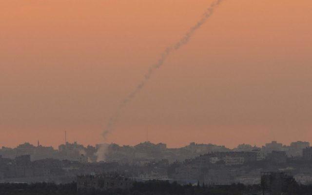 De la fumée tracée par une roquette tirée à partir de la bande de Gaza, novembre 2012 (Crédit : Yonatan Sindel/Flash90)
