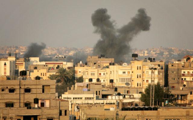 De la fumée s'élève après un raid israélien au sud de la bande de Gaza en 2012 (Crédit : Abed Rahim Khatib/Flash 90)