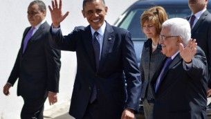 Le président américain Barack Obama et le président de l'Autorité palestinienne Mahmoud Abbas saluent la foule lors de la visite d'Obama à Ramallah, le 31 mars 2013 (Credit : Issam Rimawi/Flash90)