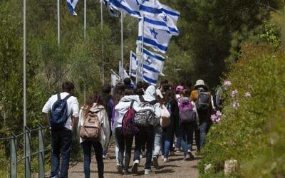 Des jeunes Israéliens se rendent au Mont Herzl, à partir de Yad Vashem, le 10 avril 2013 (Crédit : Flash90)