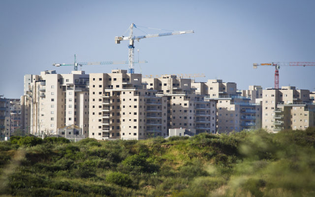 Des nouveaux bâtiments résidentiels en construction à Ashkelon, mars 2013 (Crédit : Moshe Shai/FLASH90)