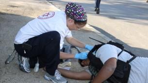 Une aide soignante de Magen David Adom fait un exercice de secours sur un Palestinien blessé, lors d'un exercice de sécurité à Efrat (Crédit : Flash90/Gershon Elinson)