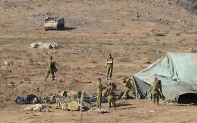 Des soldats de l'armée israélienne montent un hôpital de campagne sur le plateau du Golan, près de la frontière syrienne, le 30 août 2013 (Crédit : Gili Yaari/Fllash 90)