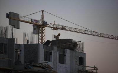 Des ouvriers travaillent sur un  chantier dans le quartier Har Homa, au sud-est de Jérusalem, le 27 octobre 2013. (Crédit : Flash90)