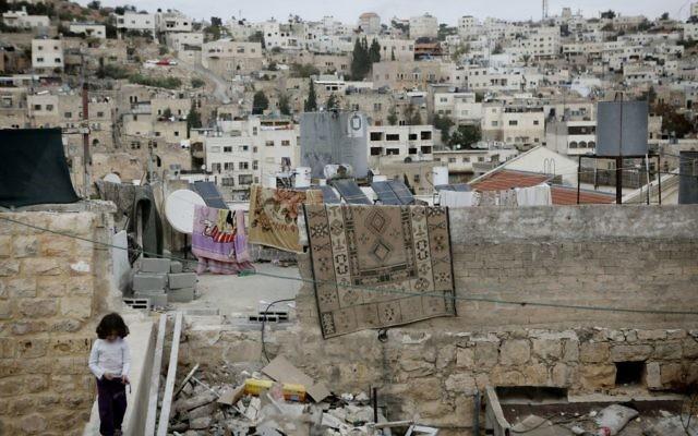 Une petite Palestinienne joue sur les toits de Hébron, le 7 novembre 2013 (Crédit : Miriam Alster/FLASH90)