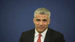 Le ministre des Finances, Yair Lapid, lors d'une conférence de presse au ministère des Finances à Jérusalem, le 25 novembre 2013 (Crédit : Yonatan Sindel/Flash90)