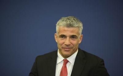 Yair Lapid, lors d'une conférence de presse au ministère des Finances à Jérusalem, le 25 novembre 2013 (Crédit : Yonatan Sindel/Flash90)