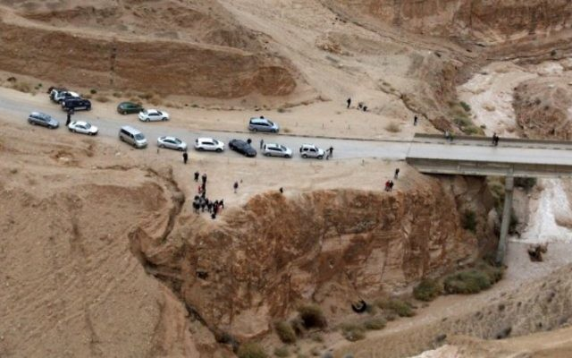 La route de la mer Morte inondée, décembre 2013 (Crédit : Flash90)