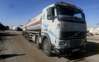 Un camion-citerne palestinien délivre du fuel en provenance du Qatar à Gaza via le point de passage de Kerem Shalom, le 15 décembre 2013 (Crédit : Abed Rahim Khatib / Flash90)
