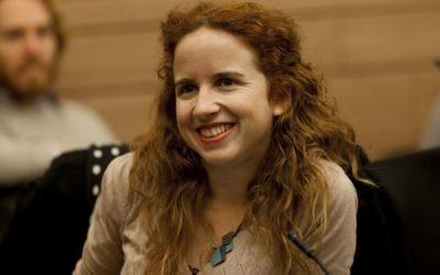 La députée Haavoda Stav Shaffir lors d'une réunion de la commission des finances, le 16 décembre 2013 (Crédit : Flash90)
