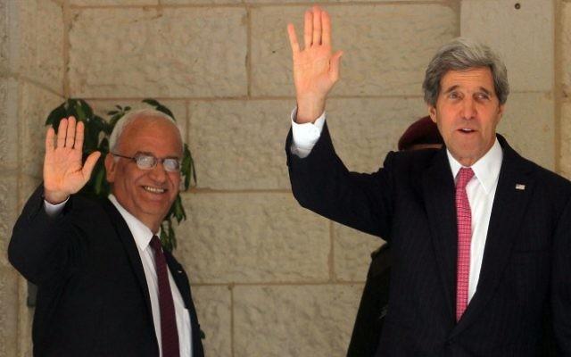 Le négociateur en chef palestinien Saeb Erekat (à gauche) et le secrétaire d'Etat américain John Kerry avant une réunion avec le président de l'Autorité palestinienne, Mahmoud Abbas, à Ramallah en Cisjordanie, le 4 janvier 2014. (Crédit : Issam Rimawi/Flash90)