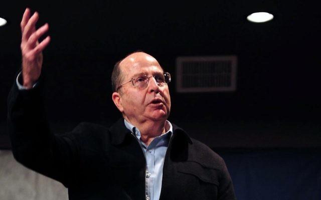 Le ministre israélien de la Défense, Moshe Yaalon, s'adresse à des étudiants israéliens lors de sa visite dans la ville d'Ofakim, le 14 janvier 2014 (Crédit : Ariel Hermoni/Ministère de la Défense/FLASH90)