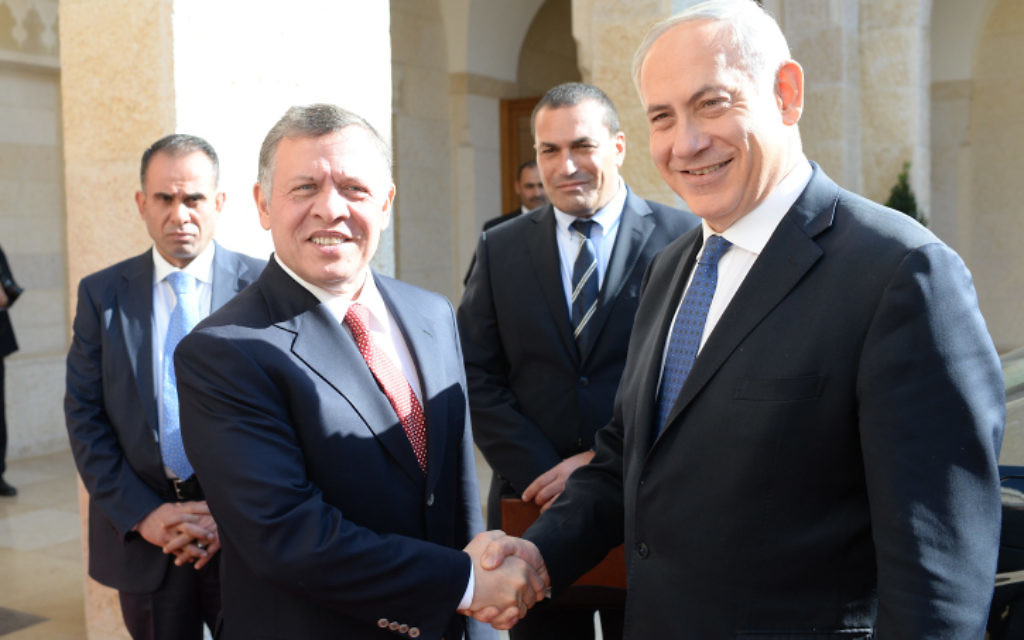 Le Premier ministre Benjamin Netanyahu (à droite) rencontre le roi Abdallah II de Jordanie, en janvier 2014, en Jordanie. (Kobi Gideon/GPO/Flash90/ File)
