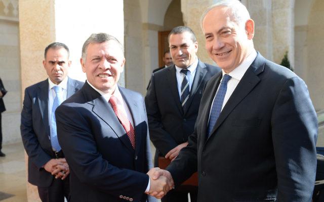 Le Premier ministre israélien Benjamin Netanyahu (à droite) en Jordanie avec le roi Abdallah II (Crédit : Kobi Gideon/GPO/FLASH90)