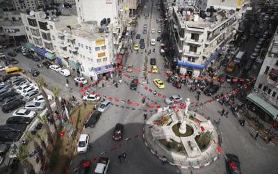 Vue sur la place principale, au cœur de Ramallah en Cisjordanie (Crédit : Hadas Parush/Flash 90)