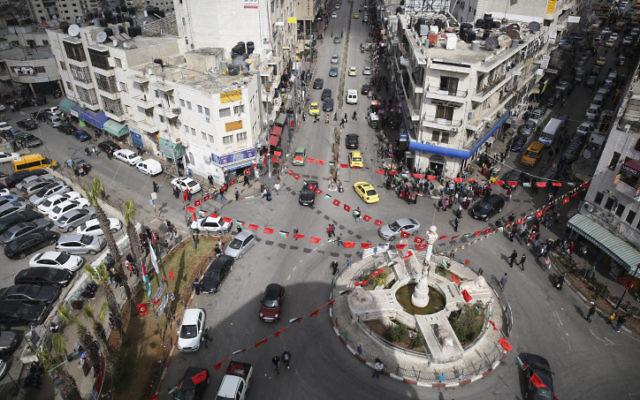 Vue sur la place principale, au cœur de Ramallah en Cisjordanie. (Crédit : Hadas Parush/Flash 90)