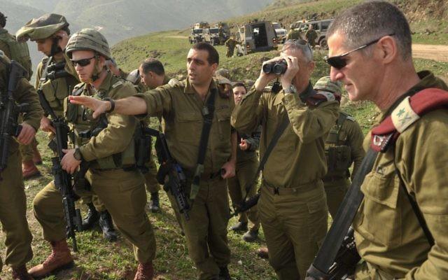 Le chef d'Etat-major de l'armée israélienne Benny Gantz lors d'une patrouille à Ramat Ha Golan, au nord d'Israël, le 23 février 2014 (Crédit : Porte-parole de l'armée israélienne/Flash90)