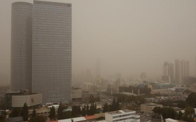 Les gratte-ciel de Tel Aviv à peine visibles, 2 mars 2014 (Crédit : Dror Garti/FLASH90)
