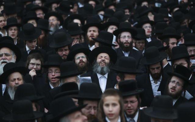 Des milliers de juifs ultra-orthodoxes, réunis dans les rues de Jérusalem pour manifester contre le projet de loi de conscription universelle (Crédit : Yonathan Sindel/Flash90)