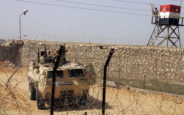 Des soldats égyptiens patrouillent au poste de frontière de Rafah, entre la bande de Gaza et l'Egypte, le 5 mars 2014 (Crédit : Abed Rahim Khatib/Flash90)