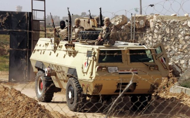 Des soldats égyptiens se tiennent au poste de frontière de Rafah, entre la bande de Gaza et l'Egypte, le 5 mars 2014 (Crédit : Abed Rahim Khatib/Flash90)