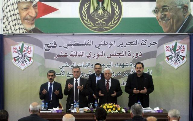 Le président de l'Autorité palestinienne, Mahmoud Abbas, prie lors d'un rassemblement de son parti, le Fatah, à Ramallah, le 10 mars 2014 (Crédit : Issam Rimawi/Flash 90)