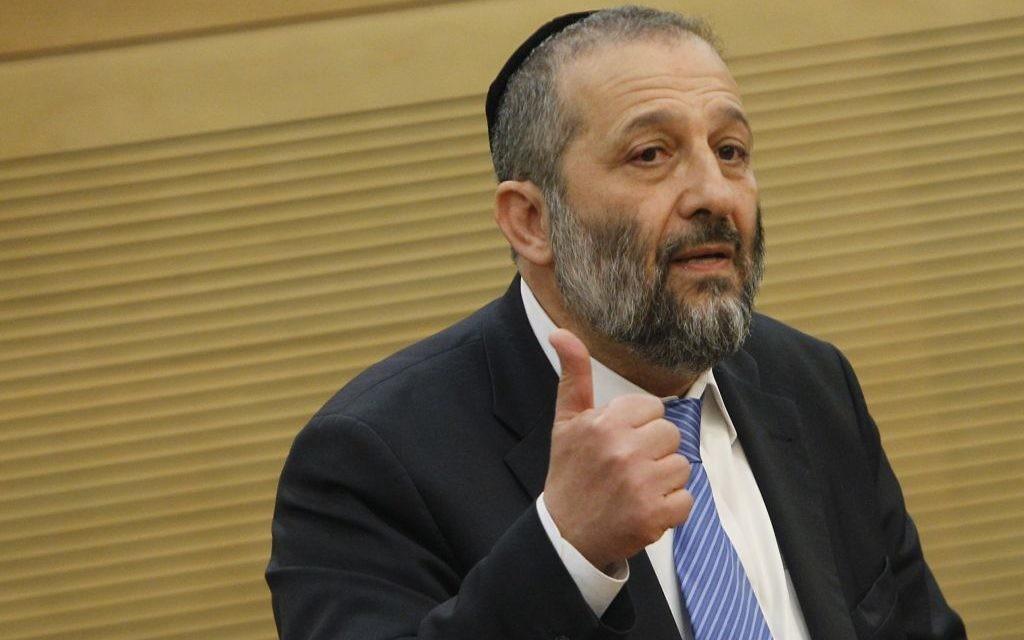 Le chef du parti Shas, Aryeh Deri, à la réunion spéciale de l'opposition, le 11 mars 2014, (Crédit : Miriam Alster/Flash90)