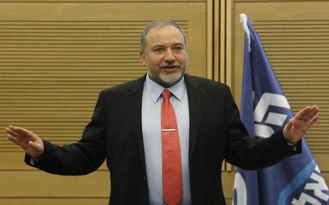 Le ministre des Affaires étrangères Avigdor Liberman lors d'une réunion de la faction Likud Beytenu à la Knesset, le 11 mars 2014 (Crédit : Miriam Alster/FLASH90)