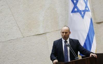 Le ministre de l'Economie, Naftali Bennett, lors d'une session plénière de la Knesset pour discuter du projet de loi de conscription universelle, le 11 mars 2014 (Crédit : Miriam Alster/FLASH90)