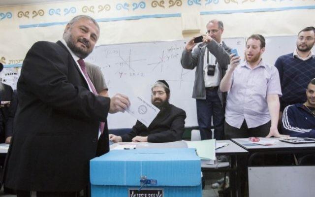 Moshe Abutbul, candidat à l'élection municipale de Beit Shemesh, vote à l'occasion du nouveau scrutin organisé dans la ville, le 11 mars 2014. (Crédit: Yonatan Sindel/Flash90)