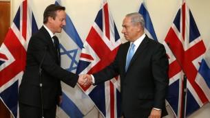 Le Premier ministre britannique David Cameron rencontre son homologue israélien Benjamin Netanyahu, le 12 mars 2014. (Amit Shabi/POOL/Flash90)
