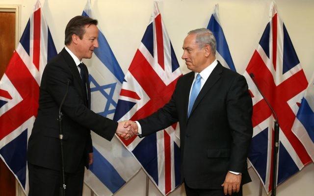 Le Premier ministre britannique David Cameron rencontre son homologue israélien Benjamin Netanyahu, le 12 mars 2014. (Crédit : Amit Shabi/POOL/Flash90)