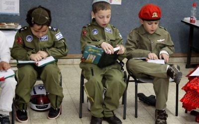 Les enfants juifs orthodoxes se seraient tous subitement engagés dans l'armée... (Crédit : Gershon Elinson/FLASH90)