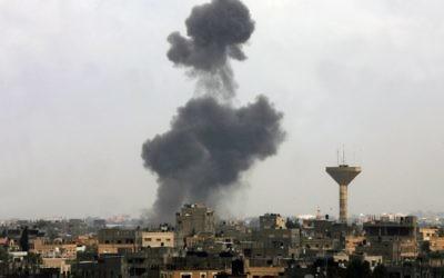 De la fumée s'élève après un raid israélien au sud de la bande de Gaza en 2012 (Crédit : Abed Rahim Khatib/Flash90)