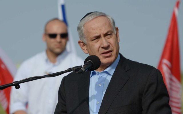 Le Premier ministre israélien Benjamin Netanyahu aux funérailles de Meir Har Zion, un membre de l'unité de force 101 de l'armée israélienne, le 16 mars 2014 (Crédit : Avi Ohayon/GPO/FLASH90)