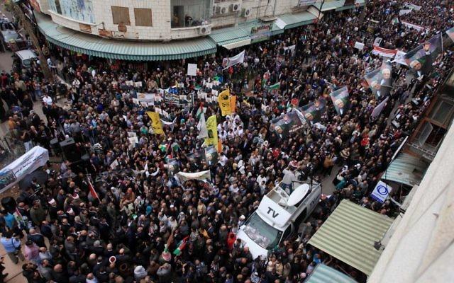 Des partisans du Fatah manifestent leur soutien au président de l'Autorité palestinienne, Mahmoud Abbas, dans les rues de Ramallah, le 17 mars 2014 (Crédit : Issam Rimawi/FLASH90)