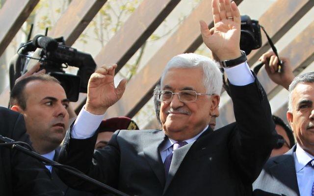 Le président de l'Autorité palestinienne, Mahmoud Abbas, à son retour de Washington, à Ramallah, le 20 mars 2014. (Crédit : Issam Rimawi/Flash90)