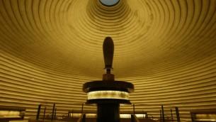 L'intérieur du Sanctuaire du Livre, où sont entreposés les Rouleaux de la Mer Morte (Crédit : Falsh90)