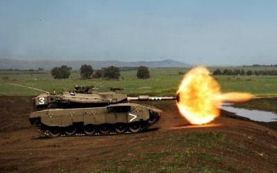 Un tank Merkava de l'armée israélienne tire lors d'un exercice au plateau du Golan en 2008 (Crédit : Neil Cohen/Porte-parole de l'armée israélienne via Wikimedia Commons)