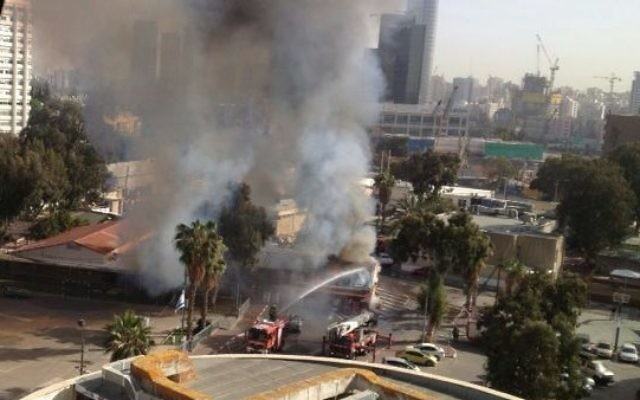 Un incendie à la base de Kirya, à Tel Aviv, le 5 mars 2014 (Crédit : Noa Cohen)