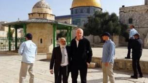 Le ministre Uri Ariel sur le mont du Temple, le 16 mars 2014 (Crédit : bureau du porte-parole d'Uri Ariel)