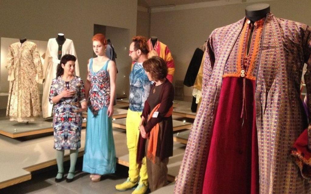 La créatrice de mode Frau Blau explique comment une robe de Bagdad du 18ème siècle l'a inspirée (Crédit : Jessica Steinberg/Times of Israel)