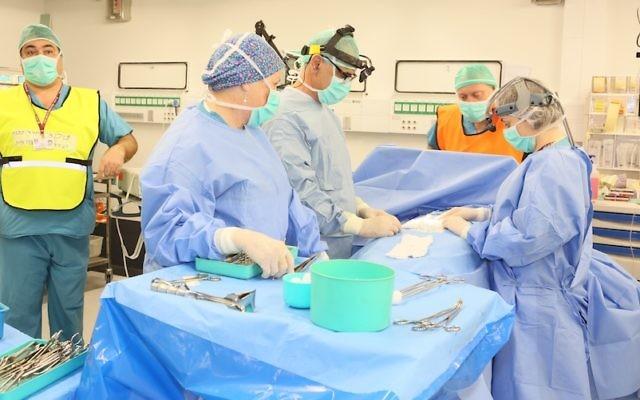 """Le personnel de l'hôpital Rambam """"opère"""" pendant un exercice de simulation (Crédit : Autorisation)"""