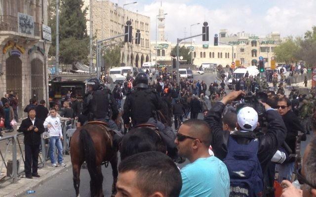 Manifestants devant la porte de Damas (Crédit : Matti Friedman/The Times of Israel)