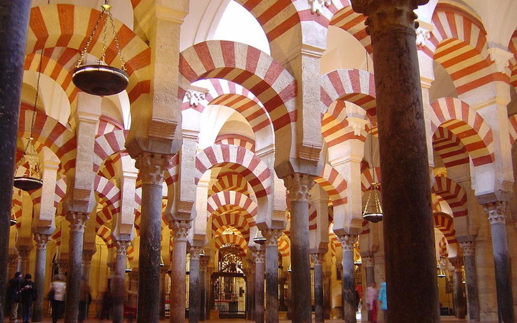 Intérieur de la mosquée de Cordoue (Crédit : Timor Esparllagas/Wikimedia Commons/CC BY-SA 2.5)
